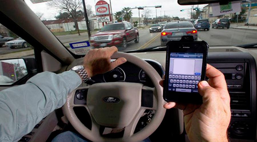 El uso del móvil, el principal riesgo para los conductores españoles y europeos